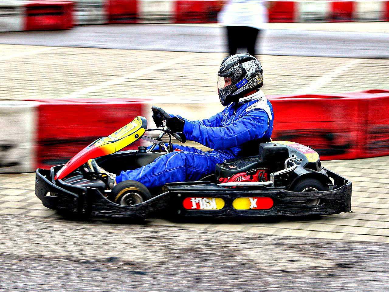 Prise d'un virage en karting de compétition